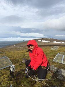 Claudia Rabert en uno de sus viajes a la Antártica. La científica estuvo por más de 15 años trabajando investigando los cambios de plantas en este continente.