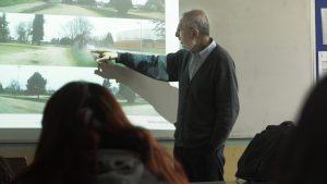 Héctor Jorquera impartiendo charla estudiantes de La Araucanía