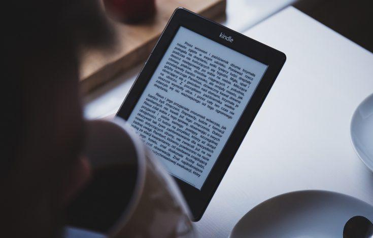 lector digital de libros frente a una persona leyéndolo