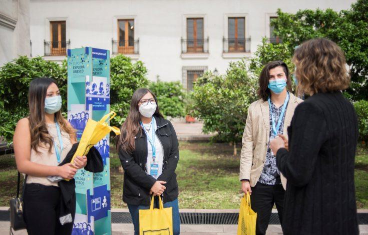 Subsecretaria Torrealba y jóvenes beneficiarios del Cupo Explora 2
