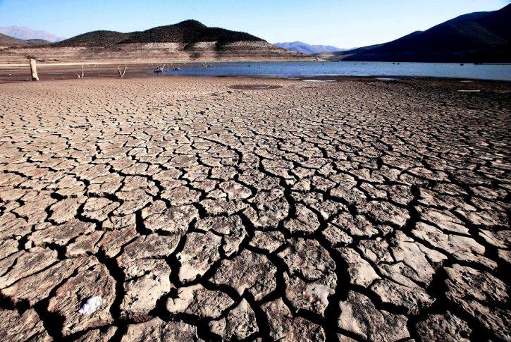 16 de Marzo 2015/OVALLE  Vista de los efectos que la sequía ha provocado en el embalse La Paloma, ubicado  al sureste de la ciudad de Ovalle, en la comuna de Monte Patria, Provincia de Limarí. Actualmente su capacidad, de 748 millones de metros cúbicos, está llegando a niveles históricos de déficit.  FOTO: CRISTOBAL ESCOBAR/AGENCIAUNO
